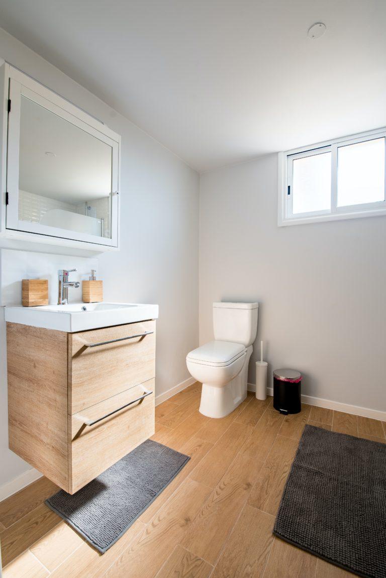 salle de bain rénové par Lefort Inc. a Brossard style moderne